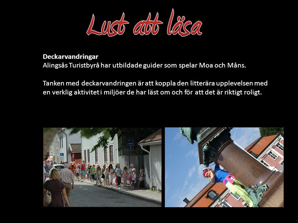 Alingsås Turistbyrå har utbildade guider som spelar Moa och Måns. Tanken med deckarvandringen är att koppla den litterära upplevelsen med en verklig a