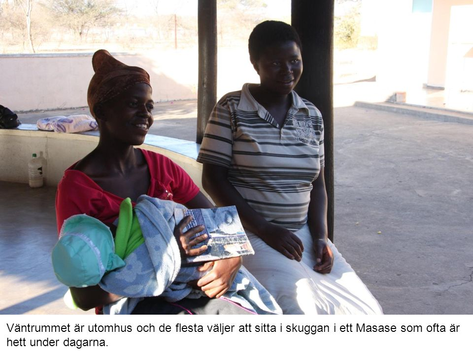 Väntrummet är utomhus och de flesta väljer att sitta i skuggan i ett Masase som ofta är hett under dagarna.