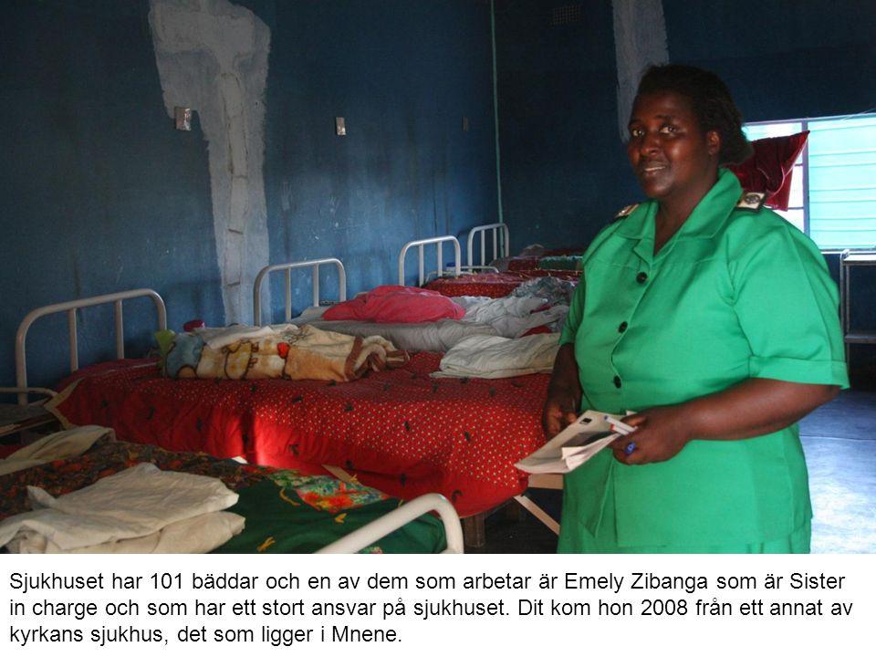 Sjukhuset har 101 bäddar och en av dem som arbetar är Emely Zibanga som är Sister in charge och som har ett stort ansvar på sjukhuset. Dit kom hon 200