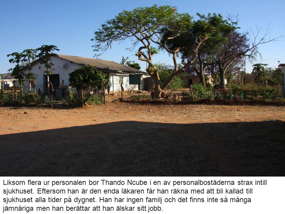 Liksom flera ur personalen bor Thando Ncube i en av personalbostäderna strax intill sjukhuset. Eftersom han är den enda läkaren får han räkna med att