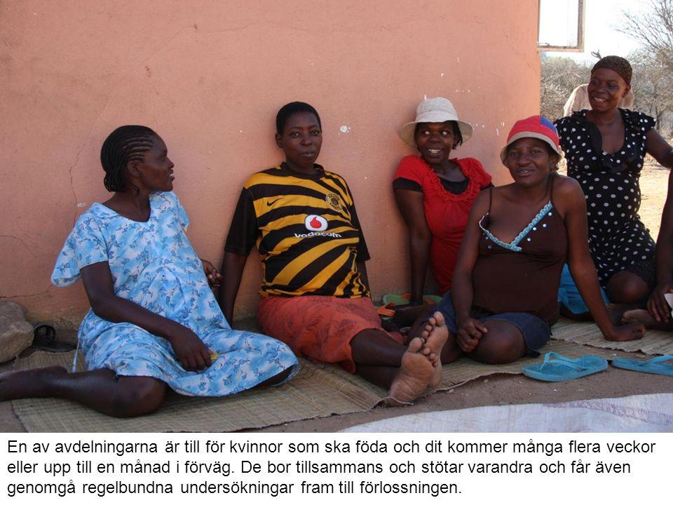 En av avdelningarna är till för kvinnor som ska föda och dit kommer många flera veckor eller upp till en månad i förväg. De bor tillsammans och stötar