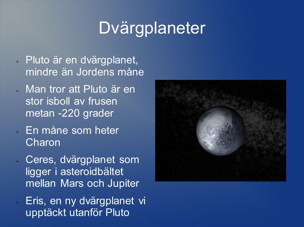 Dvärgplaneter  Pluto är en dvärgplanet, mindre än Jordens måne  Man tror att Pluto är en stor isboll av frusen metan -220 grader  En måne som heter