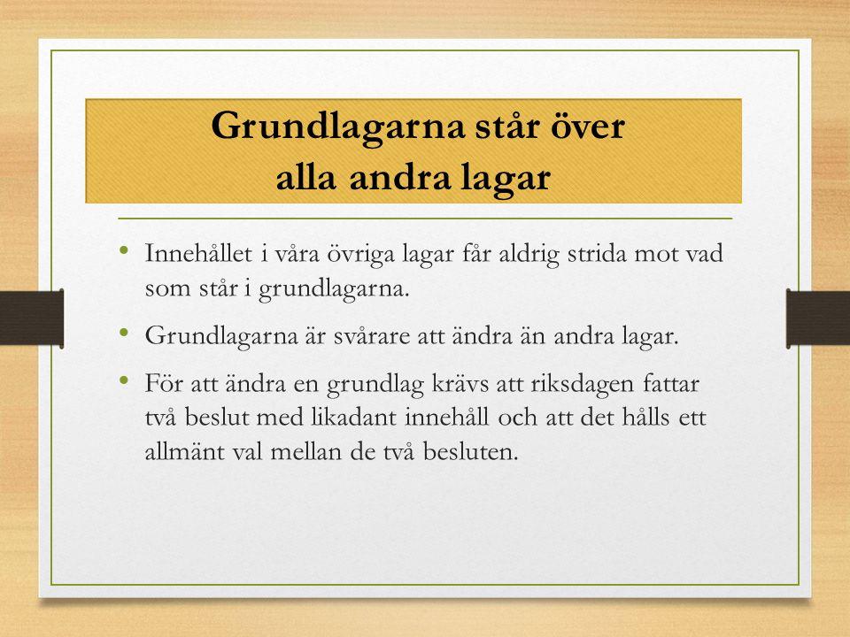 1) Regeringsformen (1974) The Instrument of Government All offentlig makt i Sverige utgår från folket och riksdagen är folkets främsta företrädare. Regeringsformen utgör grunden för demokrati i Sverige.