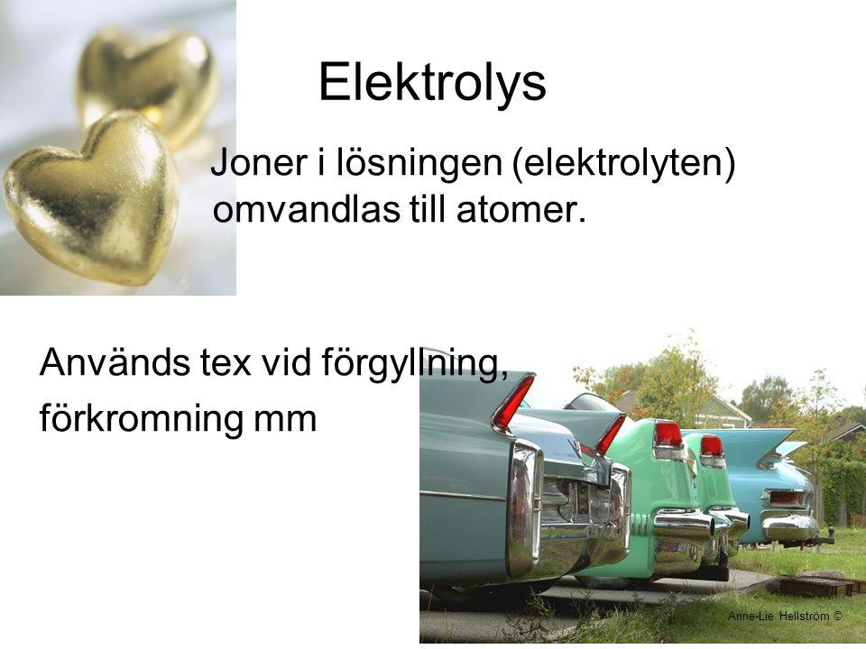 Elektrolys Joner i lösningen (elektrolyten) omvandlas till atomer.
