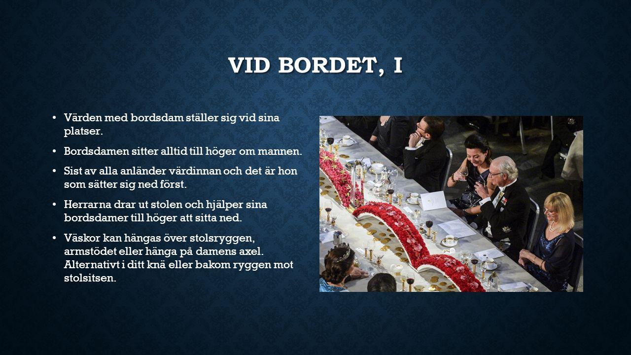 VID BORDET, I Värden med bordsdam ställer sig vid sina platser. Bordsdamen sitter alltid till höger om mannen. Sist av alla anländer värdinnan och det