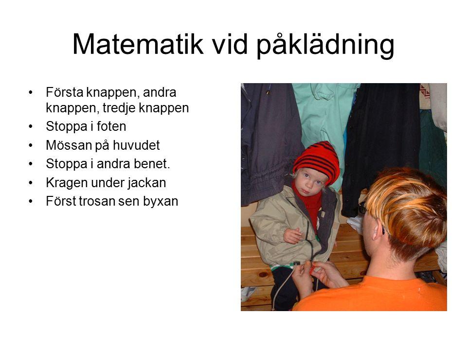 Matematik vid påklädning Första knappen, andra knappen, tredje knappen Stoppa i foten Mössan på huvudet Stoppa i andra benet.