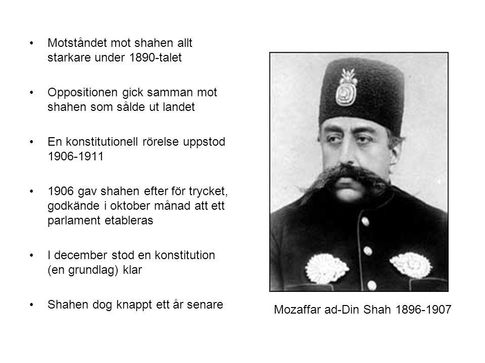 Motståndet mot shahen allt starkare under 1890-talet Oppositionen gick samman mot shahen som sålde ut landet En konstitutionell rörelse uppstod 1906-1911 1906 gav shahen efter för trycket, godkände i oktober månad att ett parlament etableras I december stod en konstitution (en grundlag) klar Shahen dog knappt ett år senare Mozaffar ad-Din Shah 1896-1907