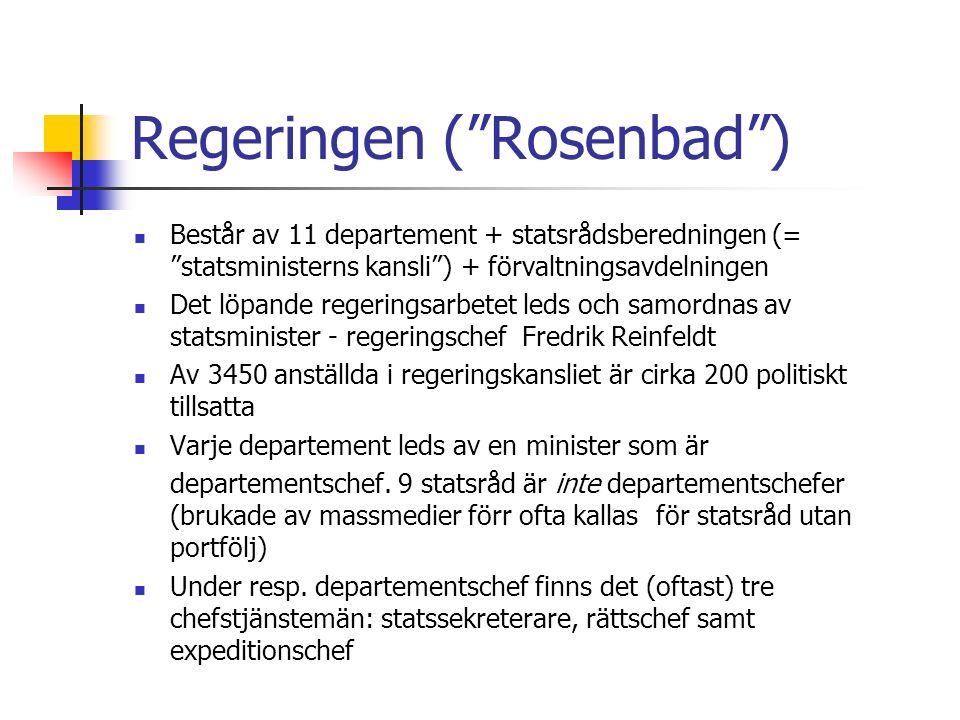 Regeringen ( Rosenbad ) Består av 11 departement + statsrådsberedningen (= statsministerns kansli ) + förvaltningsavdelningen Det löpande regeringsarbetet leds och samordnas av statsminister - regeringschef Fredrik Reinfeldt Av 3450 anställda i regeringskansliet är cirka 200 politiskt tillsatta Varje departement leds av en minister som är departementschef.