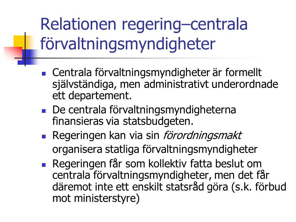 Relationen regering–centrala förvaltningsmyndigheter Centrala förvaltningsmyndigheter är formellt självständiga, men administrativt underordnade ett departement.