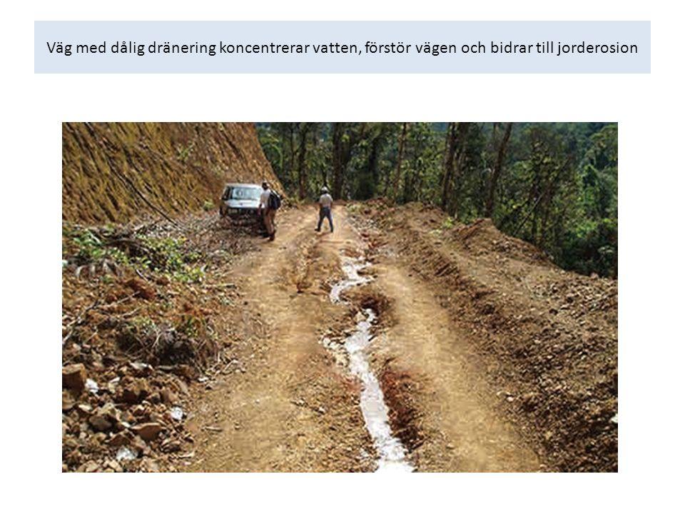 Väg med dålig dränering koncentrerar vatten, förstör vägen och bidrar till jorderosion