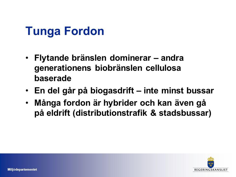 Miljödepartementet Tunga Fordon Flytande bränslen dominerar – andra generationens biobränslen cellulosa baserade En del går på biogasdrift – inte minst bussar Många fordon är hybrider och kan även gå på eldrift (distributionstrafik & stadsbussar)