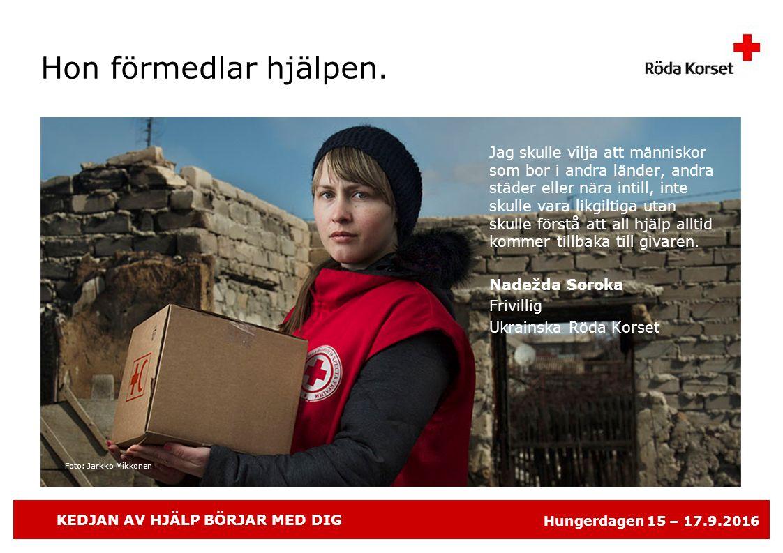 KEDJAN AV HJÄLP BÖRJAR MED DIG Hungerdagen 15 – 17.9.2016 Foto: Jarkko Mikkonen Hon förmedlar hjälpen.