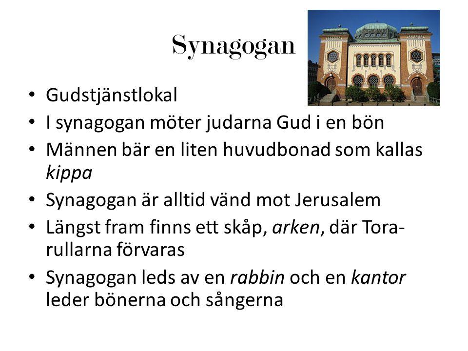Synagogan Gudstjänstlokal I synagogan möter judarna Gud i en bön Männen bär en liten huvudbonad som kallas kippa Synagogan är alltid vänd mot Jerusalem Längst fram finns ett skåp, arken, där Tora- rullarna förvaras Synagogan leds av en rabbin och en kantor leder bönerna och sångerna