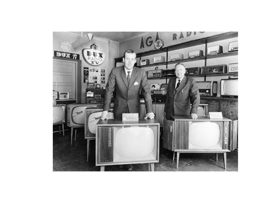 Det svenska TV-folkhemmet På 50-talet var svenskarna en mycket homogen befolkning med bara en TV-kanal som alla tittade på och påverkades av.
