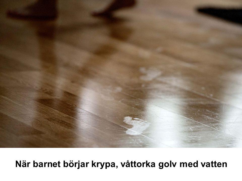 När barnet börjar krypa, våttorka golv med vatten