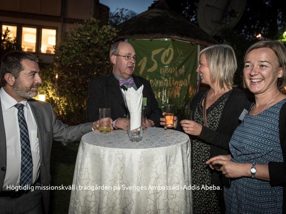 Högtidlig missionskväll i trädgården på Sveriges Ambassad i Addis Abeba.
