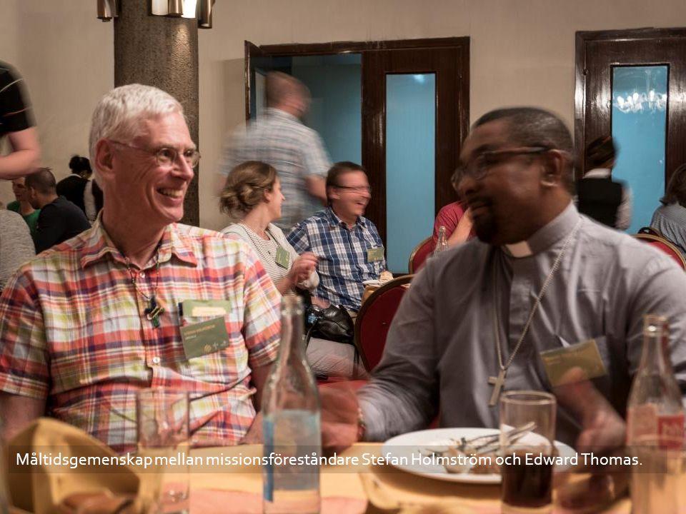 Måltidsgemenskap mellan missionsföreståndare Stefan Holmström och Edward Thomas.