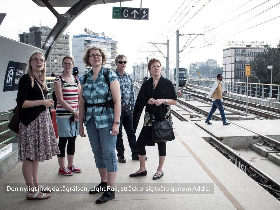 Den nyligt invigda tågrälsen, Light Rail, sträcker sig tvärs genom Addis.