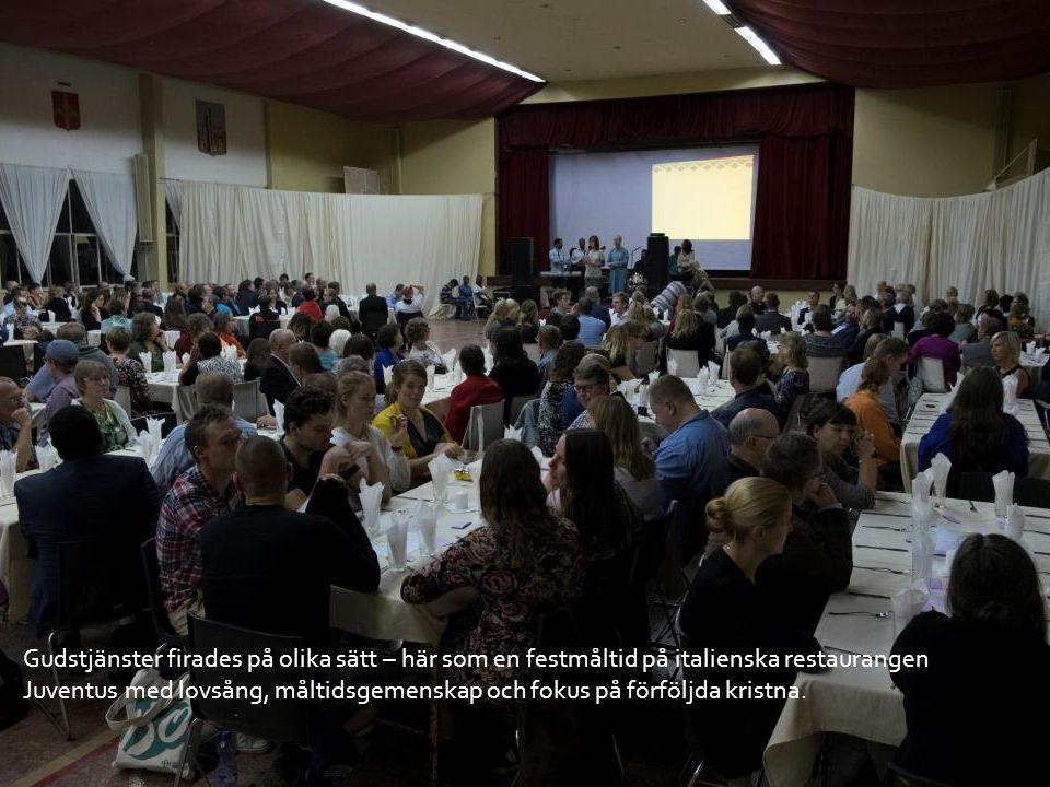 Gudstjänster firades på olika sätt – här som en festmåltid på italienska restaurangen Juventus med lovsång, måltidsgemenskap och fokus på förföljda kristna.