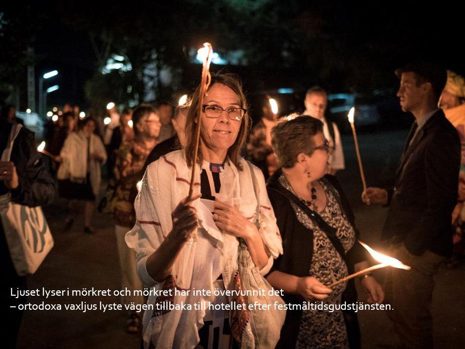 Ljuset lyser i mörkret och mörkret har inte övervunnit det – ortodoxa vaxljus lyste vägen tillbaka till hotellet efter festmåltidsgudstjänsten.
