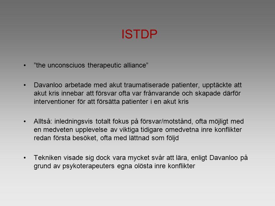 ISTDP the unconsciuos therapeutic alliance Davanloo arbetade med akut traumatiserade patienter, upptäckte att akut kris innebar att försvar ofta var frånvarande och skapade därför interventioner för att försätta patienter i en akut kris Alltså: inledningsvis totalt fokus på försvar/motstånd, ofta möjligt med en medveten upplevelse av viktiga tidigare omedvetna inre konflikter redan första besöket, ofta med lättnad som följd Tekniken visade sig dock vara mycket svår att lära, enligt Davanloo på grund av psykoterapeuters egna olösta inre konflikter