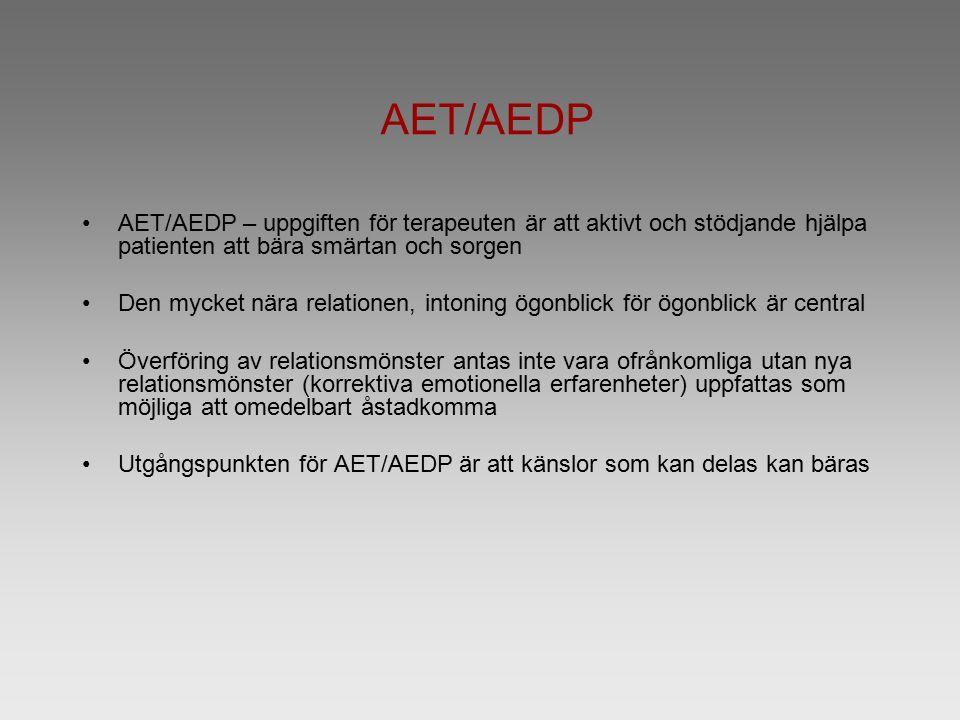 AET/AEDP AET/AEDP – uppgiften för terapeuten är att aktivt och stödjande hjälpa patienten att bära smärtan och sorgen Den mycket nära relationen, intoning ögonblick för ögonblick är central Överföring av relationsmönster antas inte vara ofrånkomliga utan nya relationsmönster (korrektiva emotionella erfarenheter) uppfattas som möjliga att omedelbart åstadkomma Utgångspunkten för AET/AEDP är att känslor som kan delas kan bäras