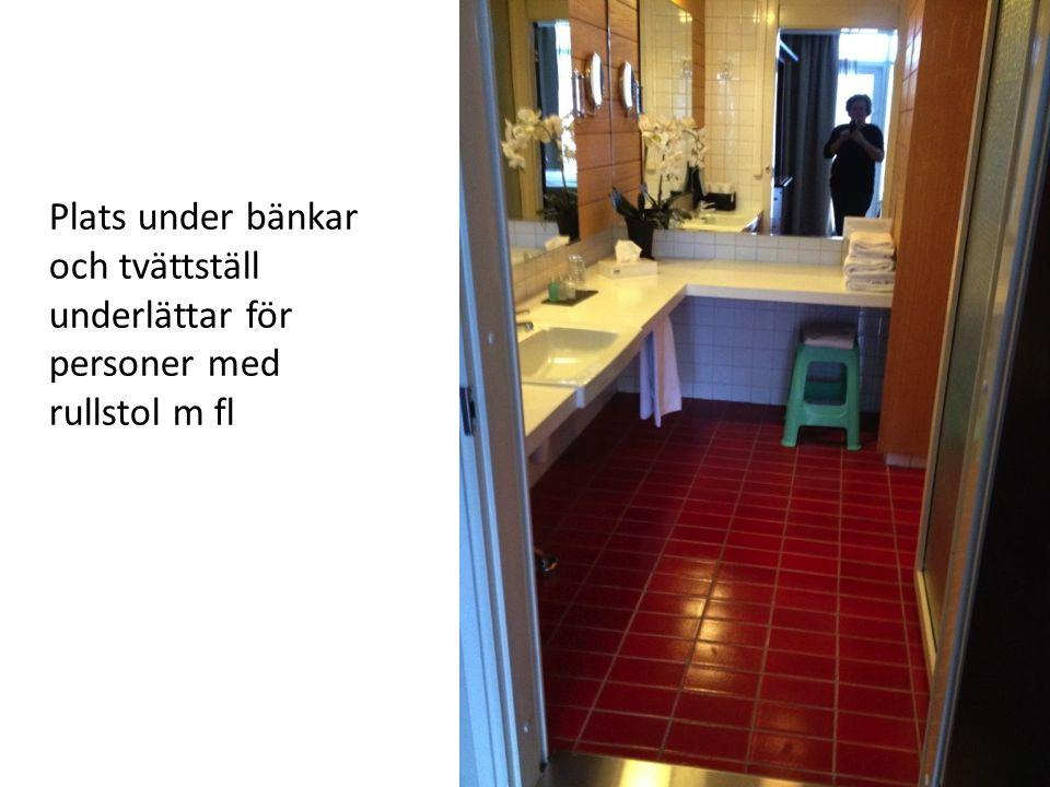 Plats under bänkar och tvättställ underlättar för personer med rullstol m fl