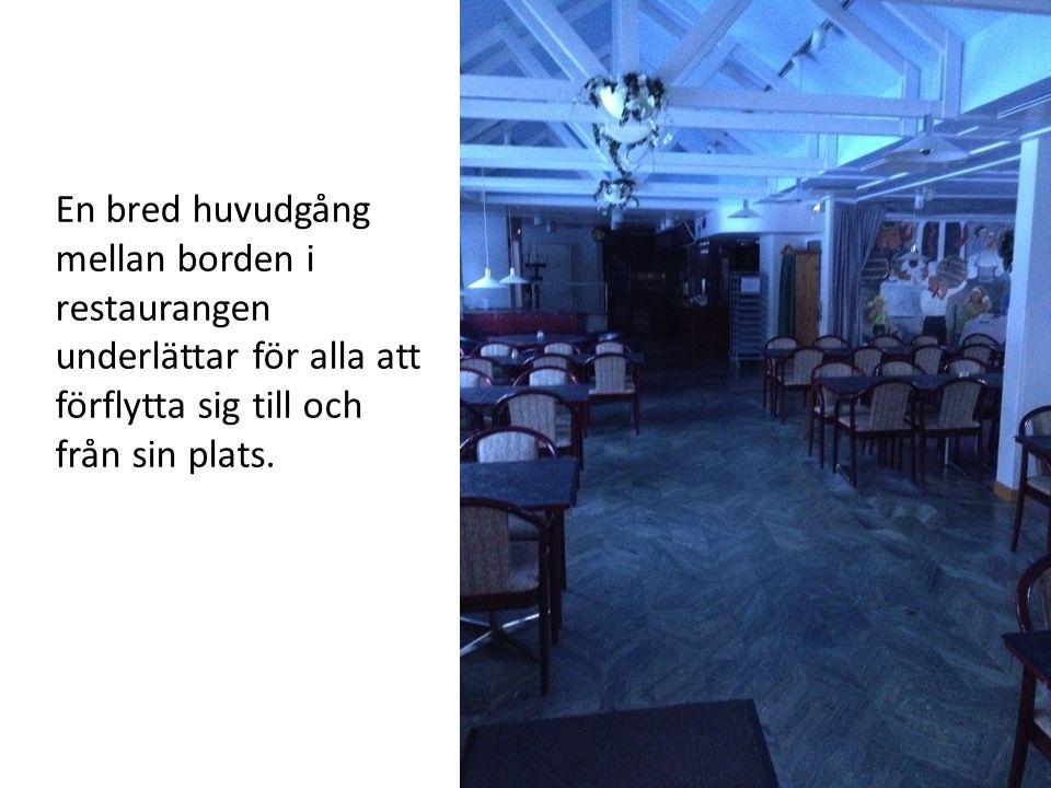 En bred huvudgång mellan borden i restaurangen underlättar för alla att förflytta sig till och från sin plats.