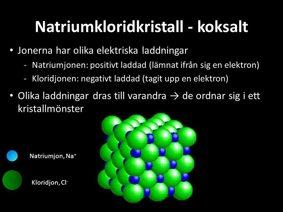 Natriumkloridkristall - koksalt Jonerna har olika elektriska laddningar Natriumjonen: positivt laddad (lämnat ifrån sig en elektron) Kloridjonen: ne