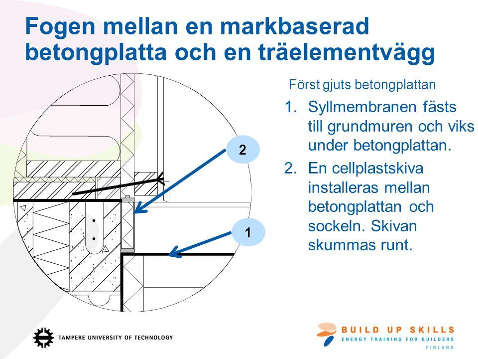 Fogen mellan en markbaserad betongplatta och en träelementvägg 1.Syllmembranen fästs till grundmuren och viks under betongplattan.