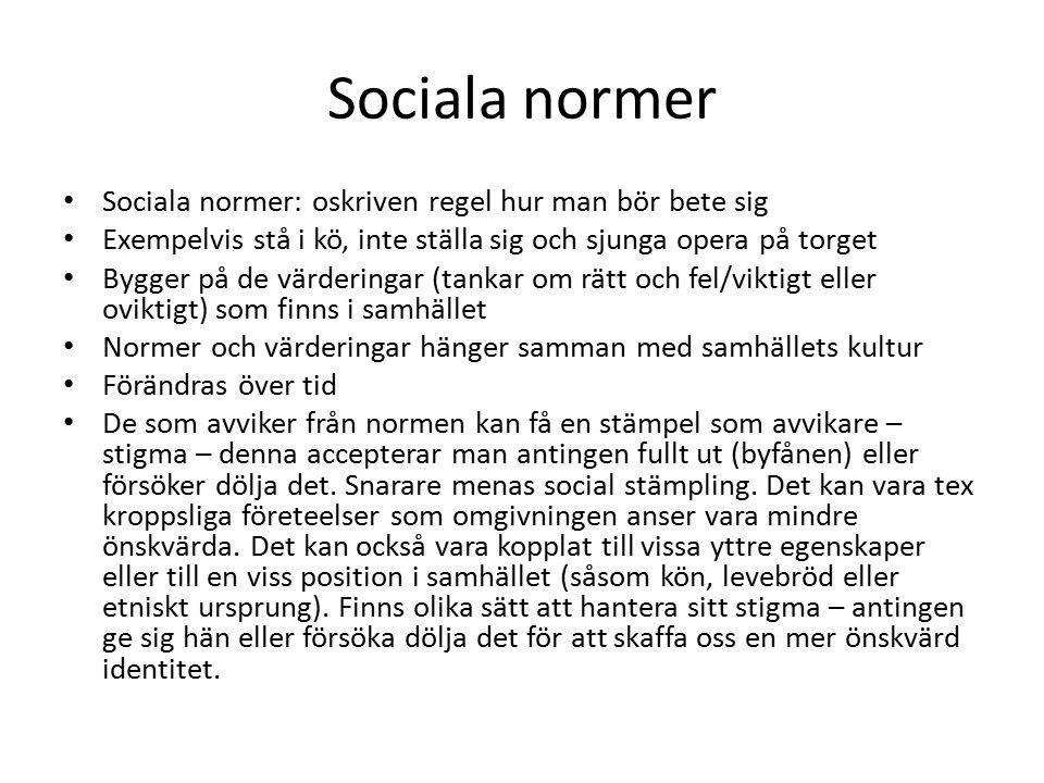 Sociala normer Sociala normer: oskriven regel hur man bör bete sig Exempelvis stå i kö, inte ställa sig och sjunga opera på torget Bygger på de värder