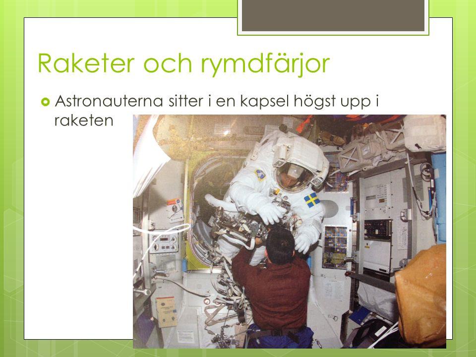 Raketer och rymdfärjor  Astronauterna sitter i en kapsel högst upp i raketen