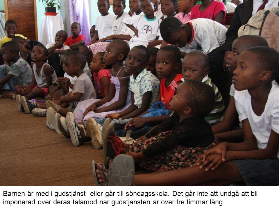 Barnen är med i gudstjänst eller går till söndagsskola.