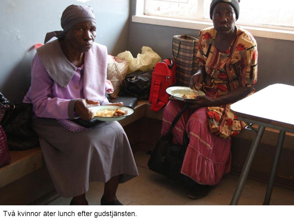 Två kvinnor äter lunch efter gudstjänsten.