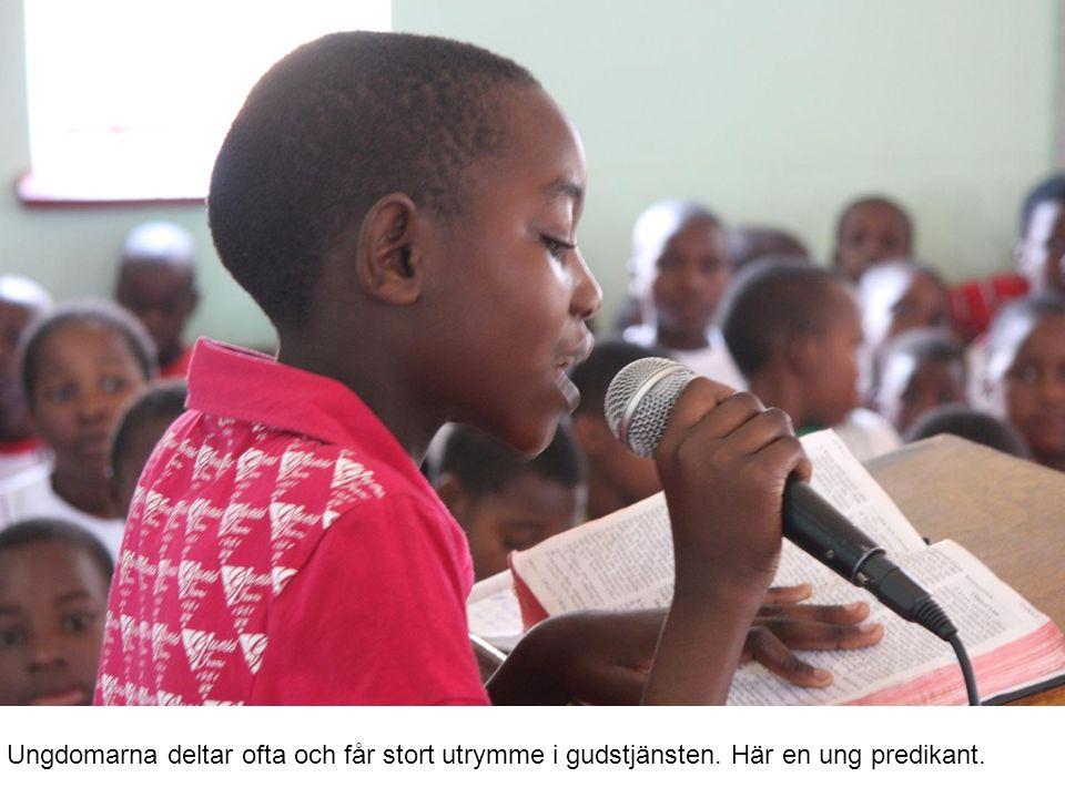Ungdomarna deltar ofta och får stort utrymme i gudstjänsten. Här en ung predikant.