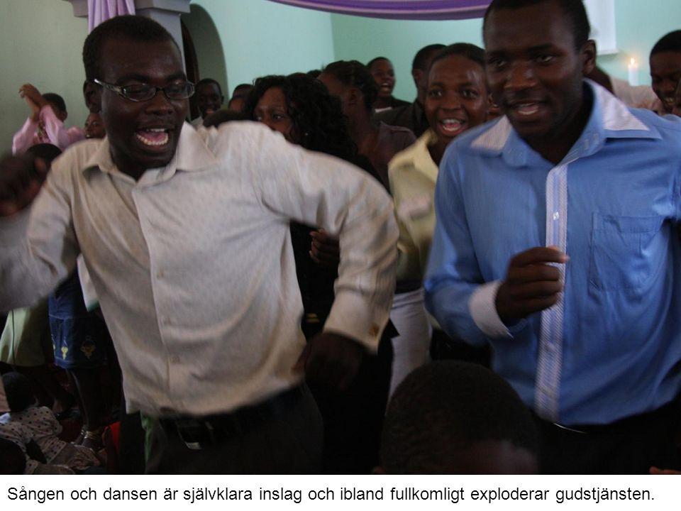 Sången och dansen är självklara inslag och ibland fullkomligt exploderar gudstjänsten.