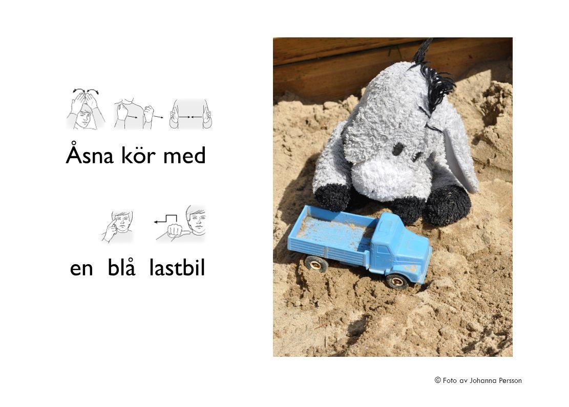 Åsna kör med en blå lastbil © Foto av Johanna Persson
