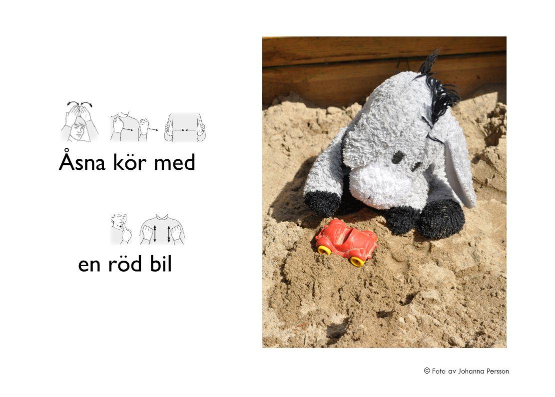 en röd bil Åsna kör med © Foto av Johanna Persson