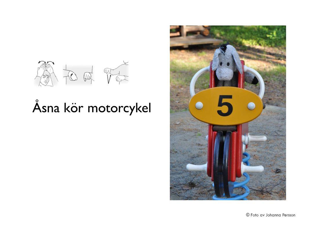 Åsna kör motorcykel © Foto av Johanna Persson