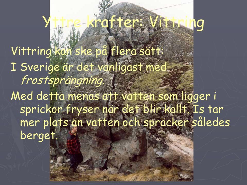Yttre krafter: Vittring Vittring kan ske på flera sätt: I Sverige är det vanligast med frostsprängning.