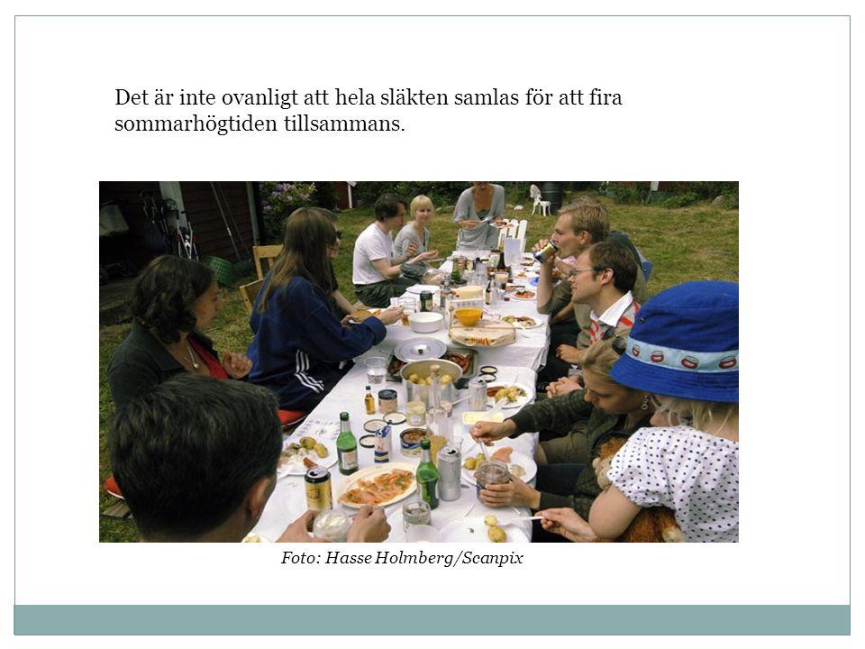 Det är inte ovanligt att hela släkten samlas för att fira sommarhögtiden tillsammans. Foto: Hasse Holmberg/Scanpix