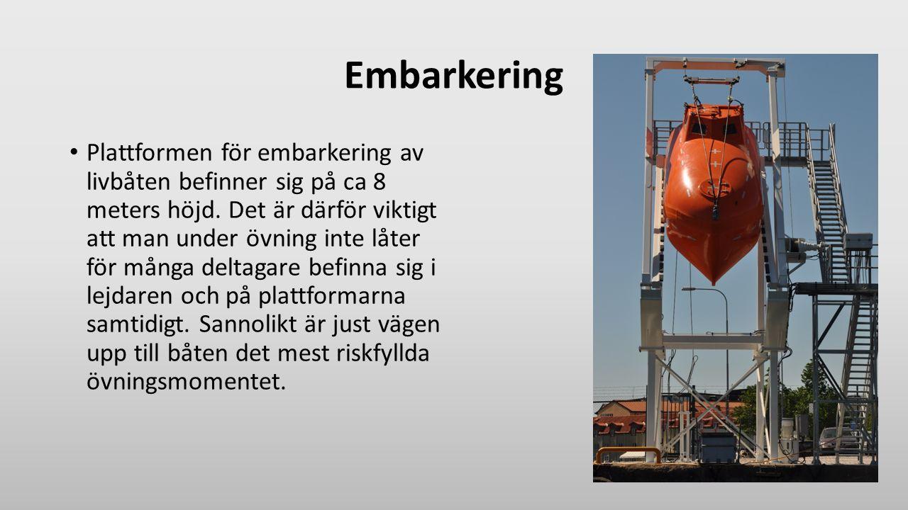 Embarkering Plattformen för embarkering av livbåten befinner sig på ca 8 meters höjd. Det är därför viktigt att man under övning inte låter för många