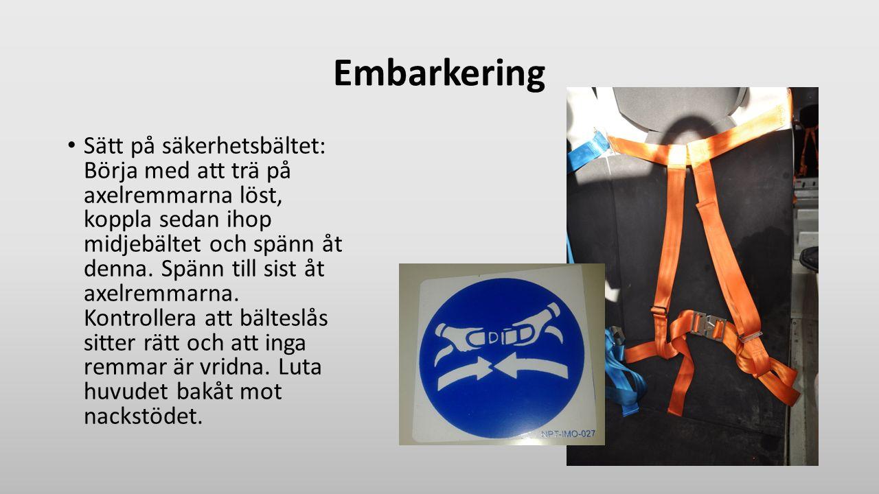 Embarkering Sätt på säkerhetsbältet: Börja med att trä på axelremmarna löst, koppla sedan ihop midjebältet och spänn åt denna. Spänn till sist åt axel