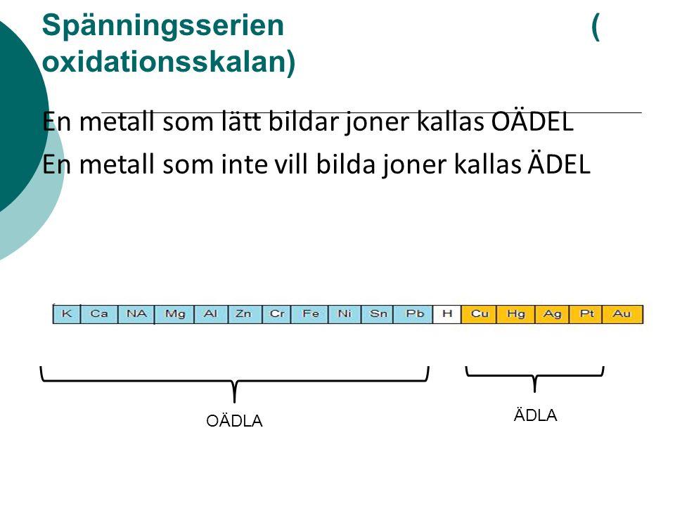 Spänningsserien ( oxidationsskalan) OÄDLA ÄDLA En metall som lätt bildar joner kallas OÄDEL En metall som inte vill bilda joner kallas ÄDEL