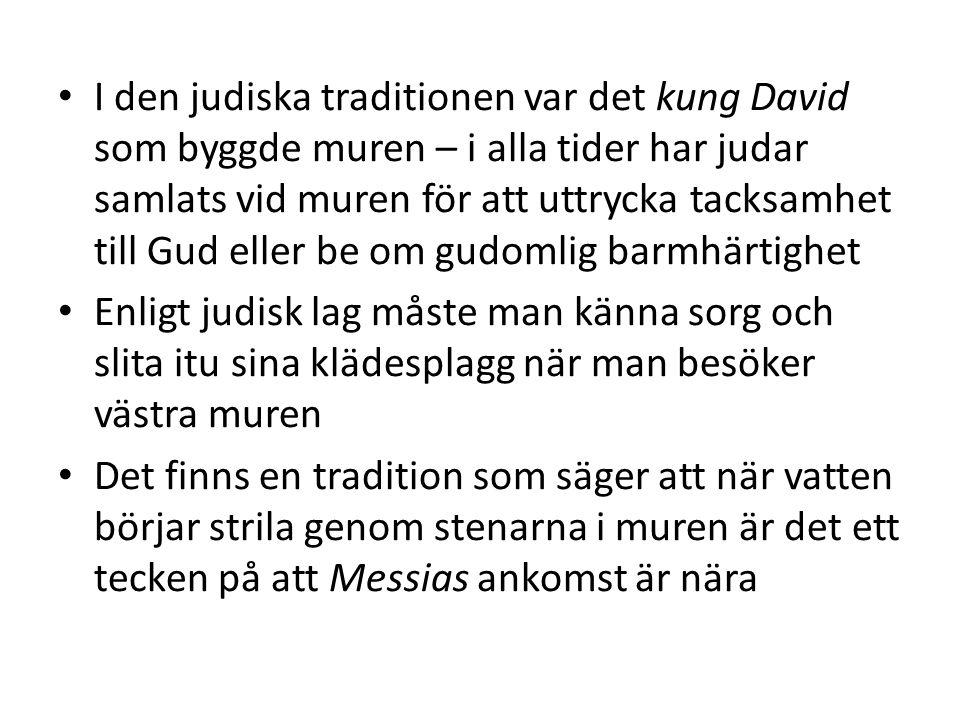 Gudstjänster En dag som är viktigast: för judar på lördagen, för kristna på söndagen och för muslimer på fredagen Judar samlas i en synagoga, kristna i en kyrka och muslimer i en moské Gudstjänsten leds av en person: i synagogan av en kantor, i kyrkan av en präst och i moskén av en imam