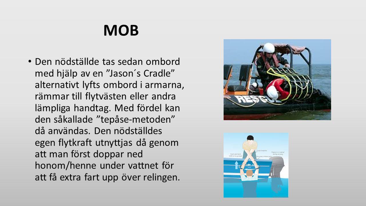 """MOB Den nödställde tas sedan ombord med hjälp av en """"Jason´s Cradle"""" alternativt lyfts ombord i armarna, rämmar till flytvästen eller andra lämpliga h"""