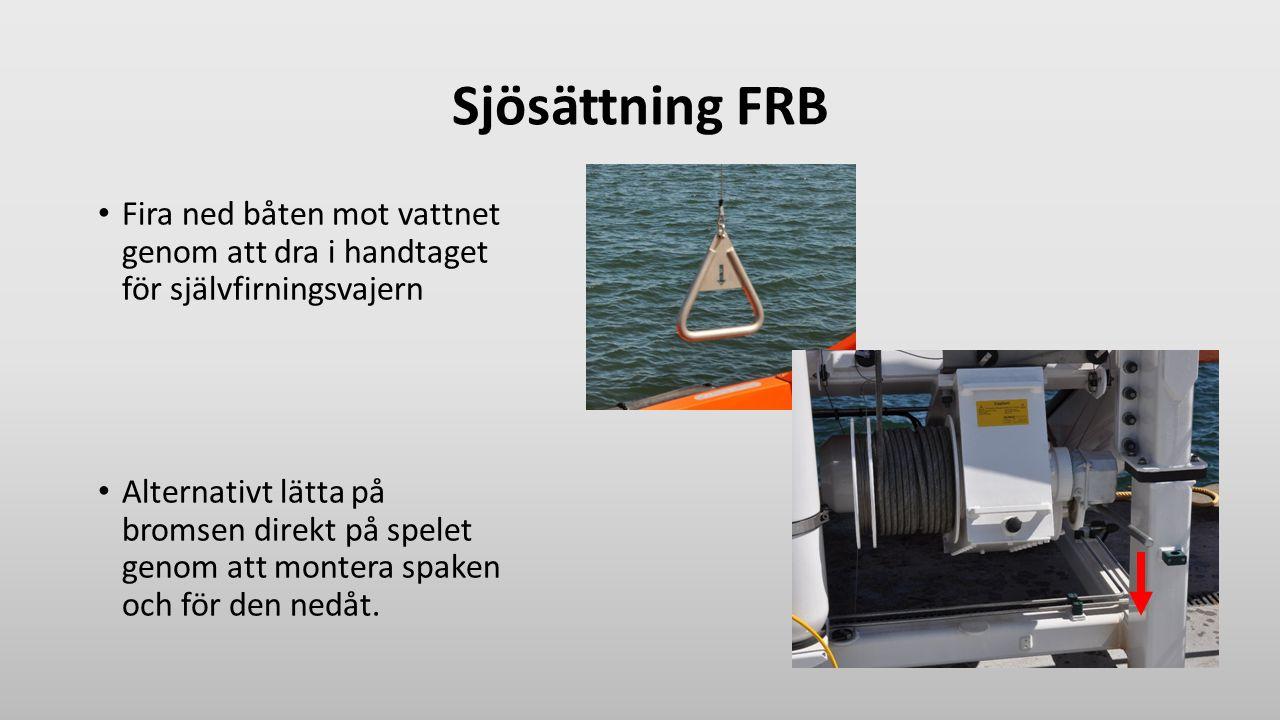 Sjösättning FRB Fira ned båten mot vattnet genom att dra i handtaget för självfirningsvajern Alternativt lätta på bromsen direkt på spelet genom att m