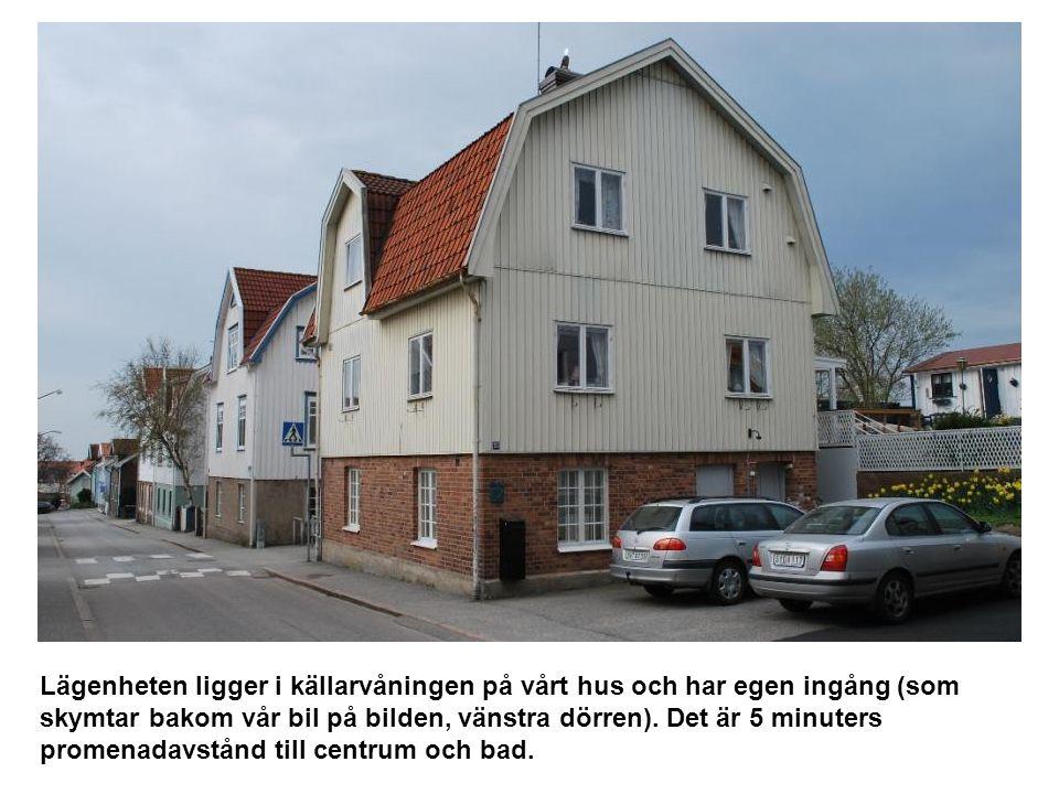 Lägenheten ligger i källarvåningen på vårt hus och har egen ingång (som skymtar bakom vår bil på bilden, vänstra dörren). Det är 5 minuters promenadav