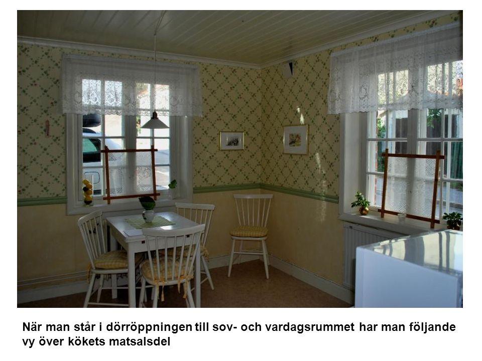 När man står i dörröppningen till sov- och vardagsrummet har man följande vy över kökets matsalsdel