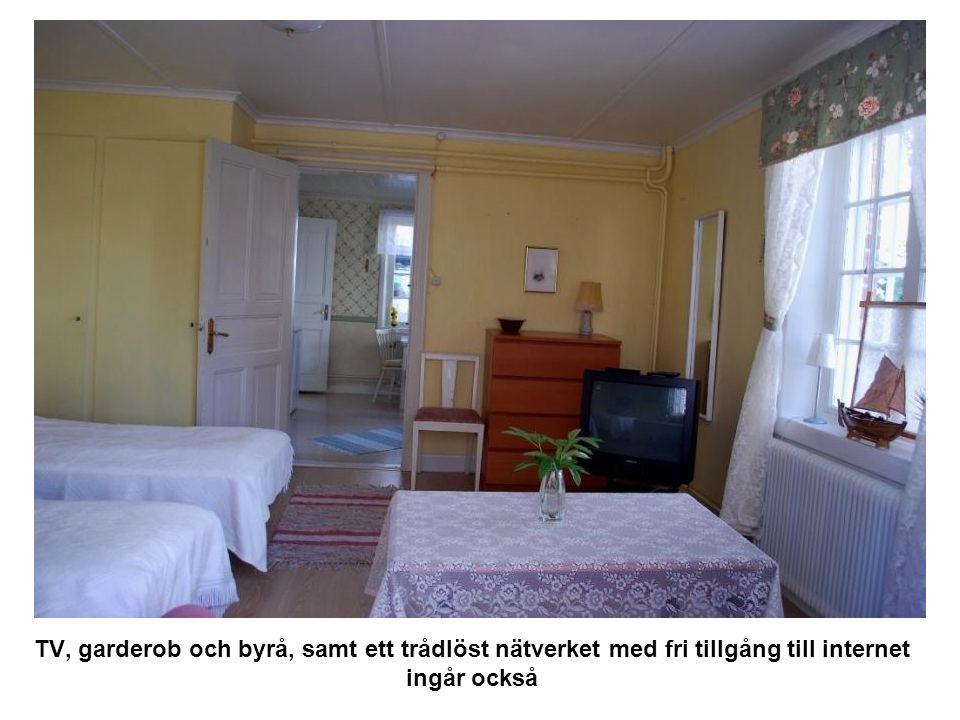 Utifrån en annan vinkel ser sov- och vardagsrummet ut på följande sättet